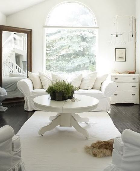 6-round white table