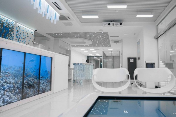 0-blue-and-white-modern-glossy-hospital-interior-big-fish-tank-white-arm-chairs