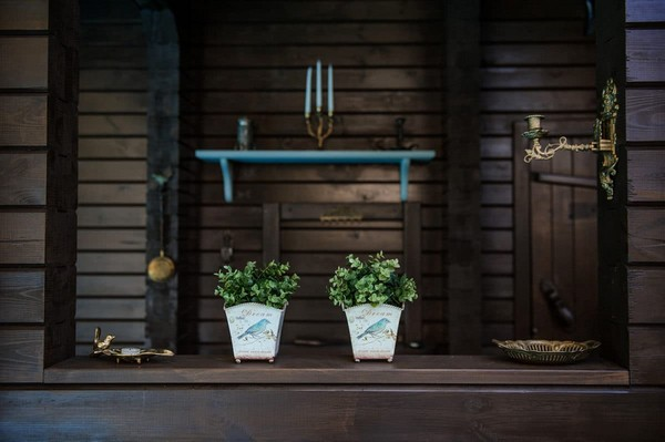 0-vintage-style-chocolate-brown-wood-turquoise-decor-sauna-exterior-bird-theme-decor-pattern-potted-flowers