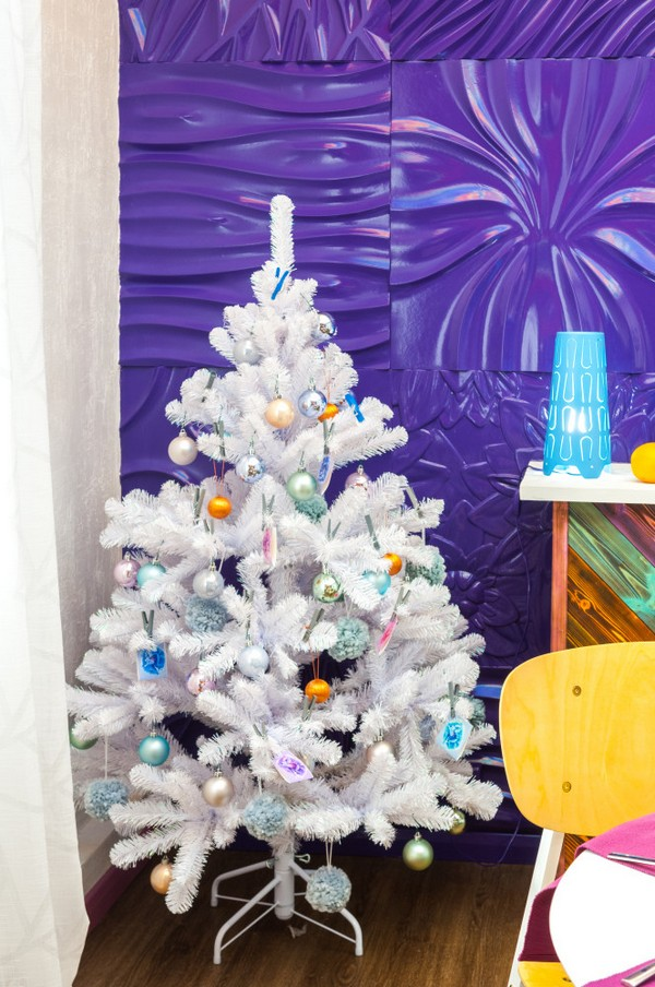 10-bright-positive-interior-purple-orange-white-living-room-3D-gypsum-wall-white-christmas-tree-spruce-fireplace-New-Year