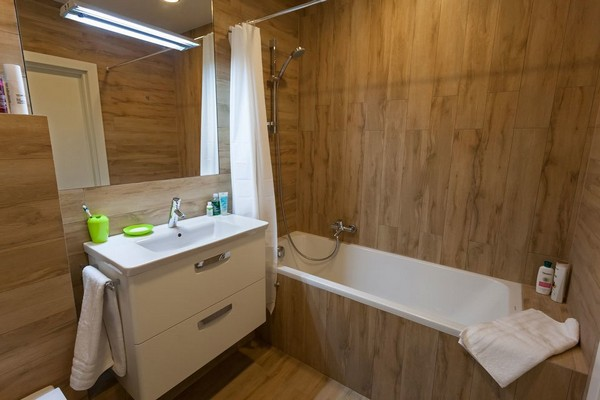 10-modern-ascetic-interior-bathroom-wood-like-tiles