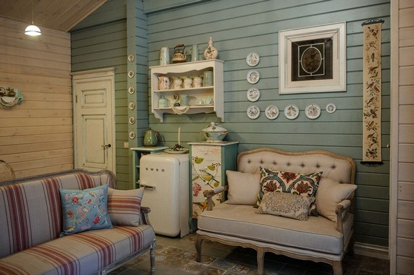 10-vintage-style-beige-and-turquoise-sauna-interior-rest-living-room-bird-theme-decor-pattern-stripy-sofa-capitone-smeg-refrigerator-retro-lamp-decorative-plates-floral-blinds-curtains-wooden-walls-decoupage-furniture