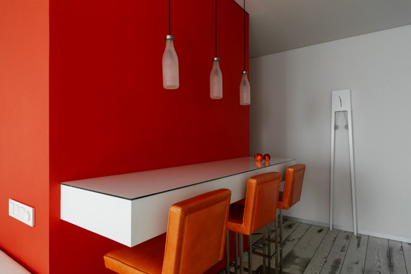 10-white-and-red-walls-bar-table-orange-chairs