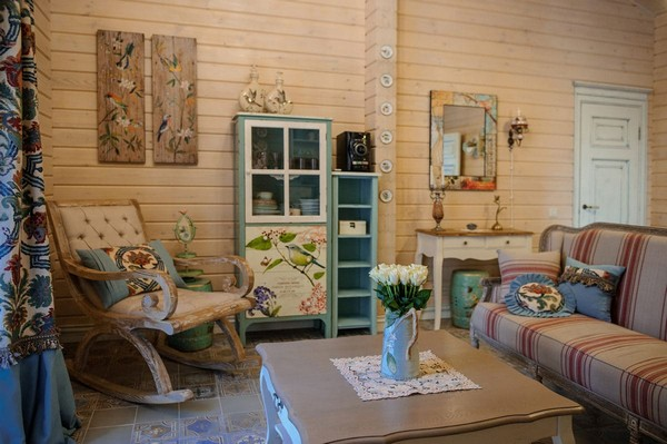 11-vintage-style-beige-and-turquoise-sauna-interior-rest-living-room-bird-theme-decor-pattern-stripy-sofa-capitone-rocking-chair-retro-lamp-decorative-plates-floral-blinds-curtains-wooden-walls-decoupage-furniture