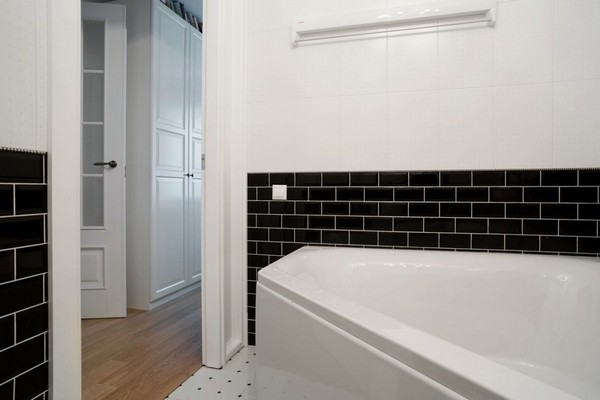 12-minimalist-interior-style-white-walls-bathroom-black-brick-wall-tiles