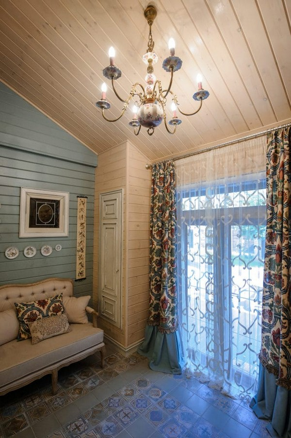 13-vintage-style-beige-and-turquoise-sauna-interior-rest-living-room-bird-theme-decor-pattern-capitone-sofa-retro-lamp-crystal-chandelier-decorative-plates-floral-blinds-curtains-wooden-walls-decoupage-furniture