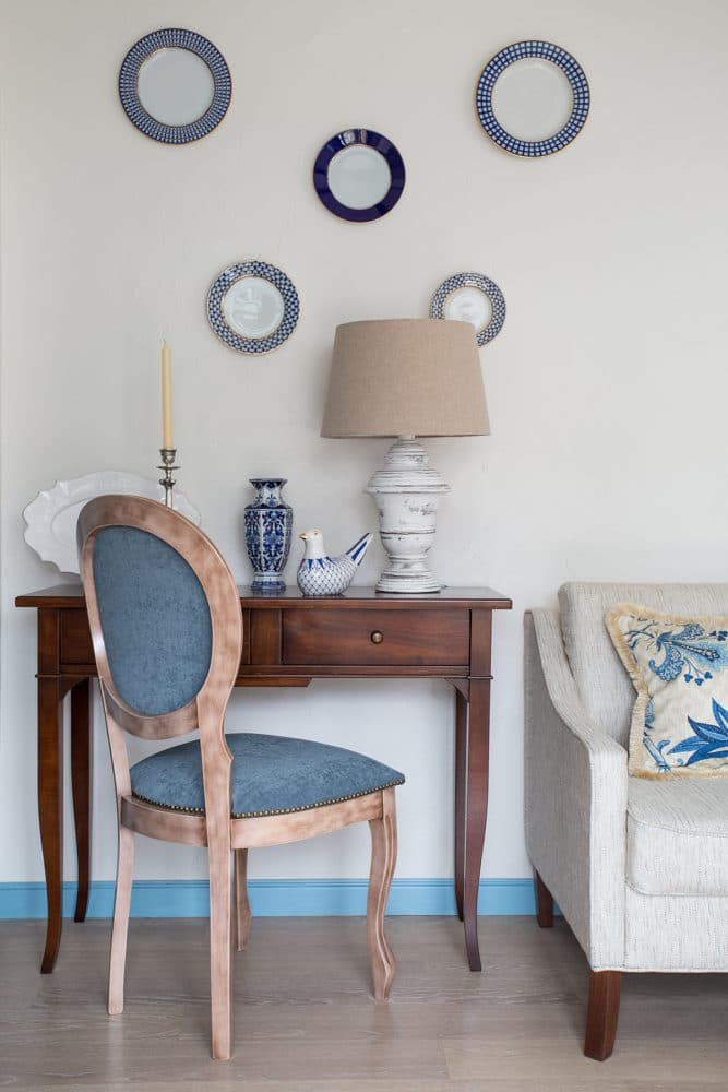 13-white-and-blue-Mediterranean-style-living-room-lounge-lamp-blue-chair
