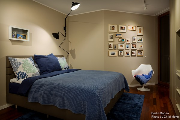 14-bachelor-pad-interior-modern-style-bedroom-blue-bedspread-beige-walls