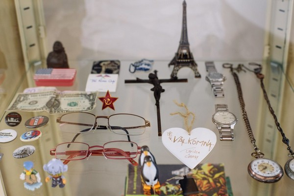 14-collection-of-old-retro-family-stuff-watches-glasses-souvenirs