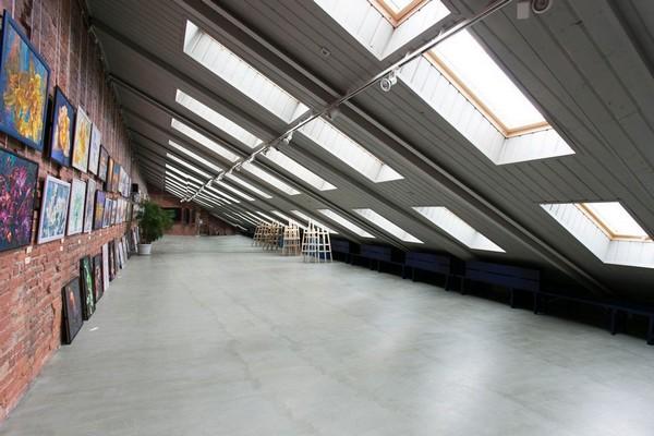 14-creative-interior-design-artist's-apartment-studio-artworks-paintings-brick-wall-skylights-art-gallery