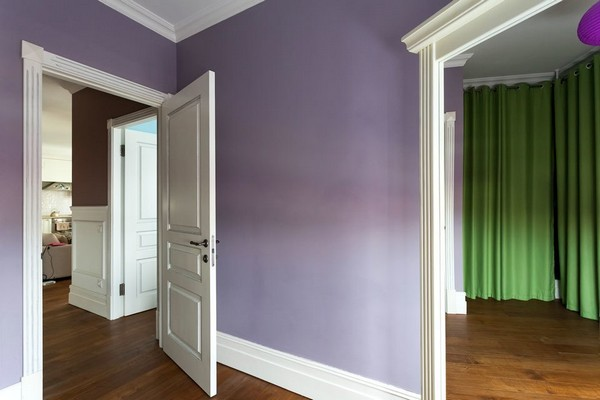 14-english-interior-style-victorian-baseboard-white-door-big-mirror-green-curtains