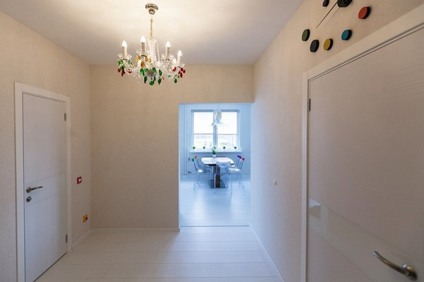 14-minimalistic-Scandinavian-style-apartment-white-walls-white-floor-multicolor-chandelier
