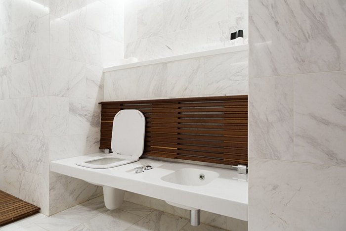14-modern-minimalist-apartmentwhite-bathroom-marble-tiles-wooden-bench-concealed-toilet