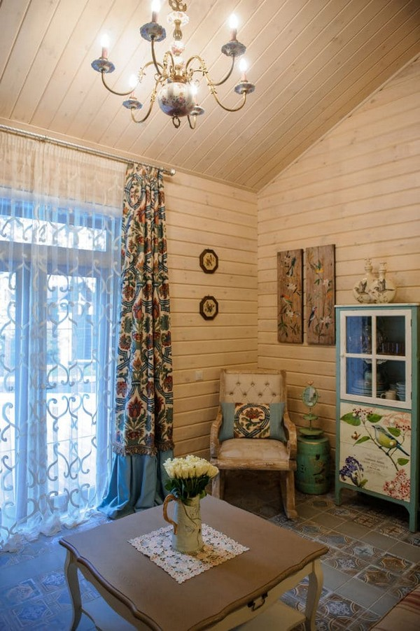 14-vintage-style-beige-and-turquoise-sauna-interior-rest-living-room-bird-theme-decor-pattern-rocking-chair-retro-crystal-chandelier-lamp-decorative-plates-floral-blinds-curtains-wooden-walls-decoupage-furniture