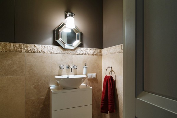 16-English-interior-style-guest-bathroom-beige-tiles-octagonal-mirror (2)
