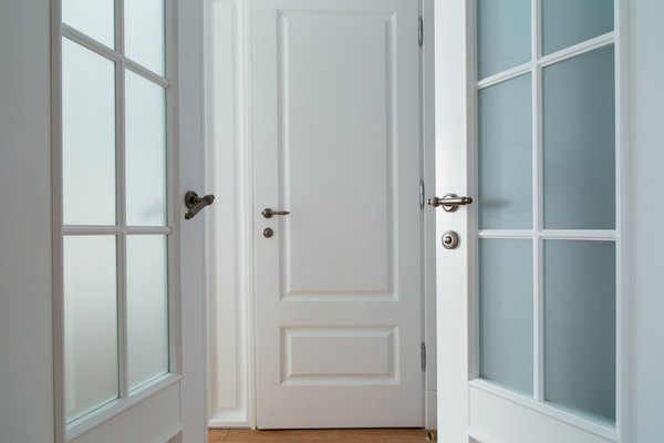 18-minimalist-interior-style-white-walls-white-doors