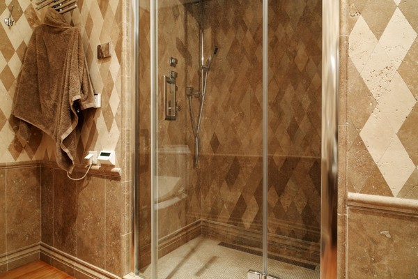 19-English-interior-style-bathroom- shower-rombus-diamond-shaped-marble-wall-tiles-travertine-tiles (2)