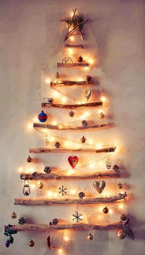 árboles navideños sobre la pared