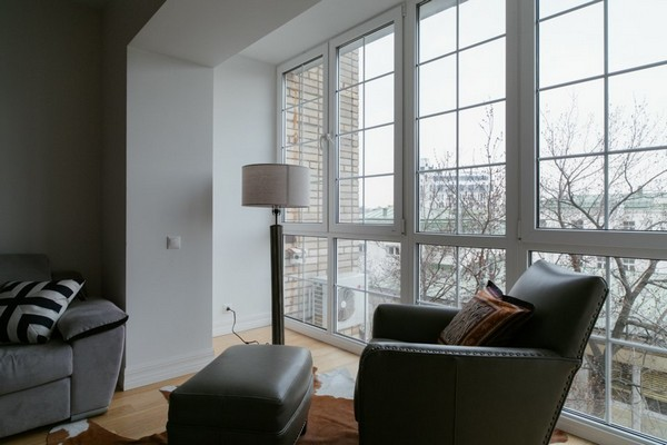 2-minimalist-interior-style-white-walls-living-room-panoramic-windows-light-parquet-my-america-arm-chair-decor