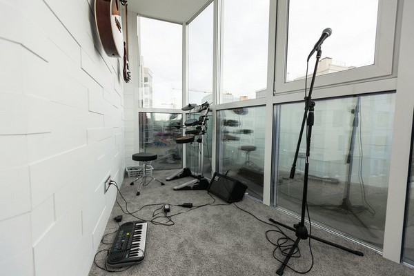 2-minimalistic-Scandinavian-style-balcony-apartment-white-walls-gray-carpeting-drums