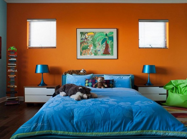2-orange-wall-and-blue-color-in-bedroom-interior-design-blue-bedspread-blue-bedside-lamps