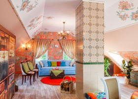 2-orange-white-green-color-floral-pattern-russian-provence-attic-floor-interior-design-tiled-chimney-latex-digital-printing-on-walls-and-ceiling-blue-sofa-stripy-curtains