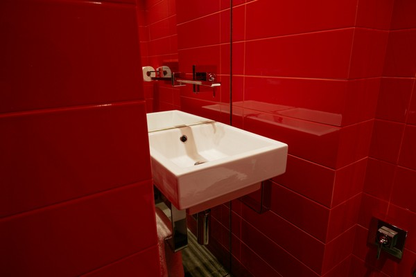 23-red-bathroom-wall-tiles-catalano-wash-basin