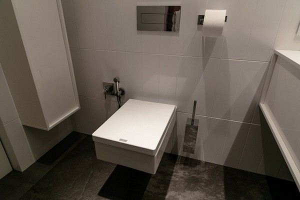 24-white-bathroom-wall-tiles-wall-mounted-suspended-toilet-catalano