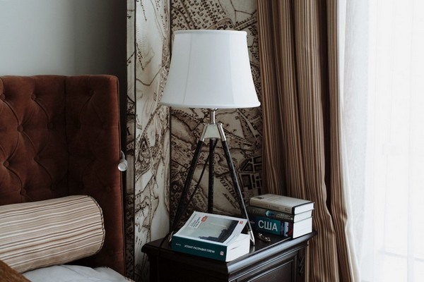 25-English-interior-style-bedside-table-books-white-bedside-lamp (2)