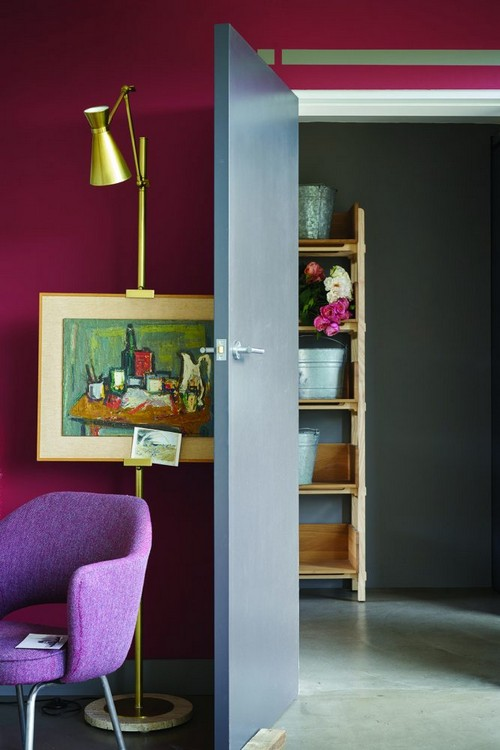 3-trendy-interior-color-spring-2017-farrow-and-ball-Radicchio-pink-walls-gray-door-golden-lamp-purple-arm-chair
