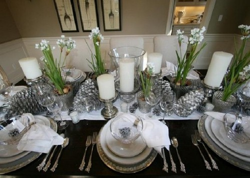4-1-christmas-table-setting-decoration-composition-live-flowers-silver-painted-pine-cones