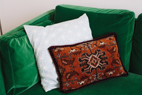 4-scandinavian-eclectic-interior-design-IKEA-furniture-green-velvet-sofa-marrakesh-decorative-couch-pillow-living-room