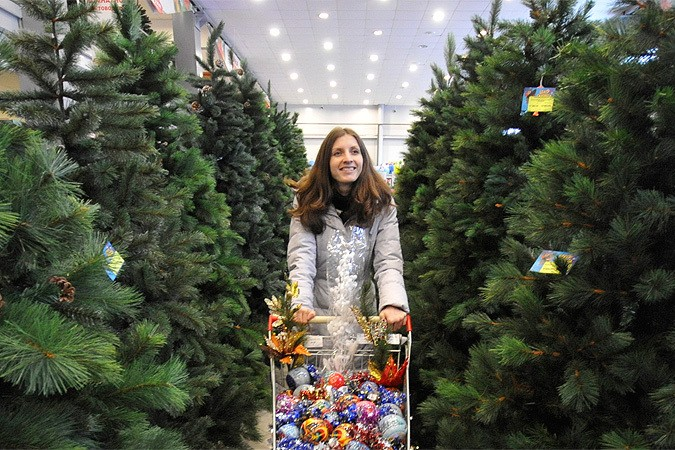 4-woman-picking-choosing-christmas-tree-spruce-bazaar