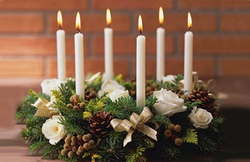 5-1-christmas-table-setting-decoration-composition-candles-flowers-ribbons-spruce-wreath