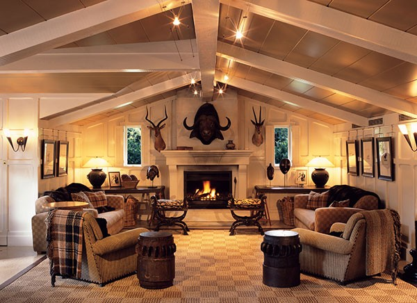5-gun-room-hunters-room-interior-design-cozy-fireplace-sitting-set-arm-chiars-hunting-tropheys