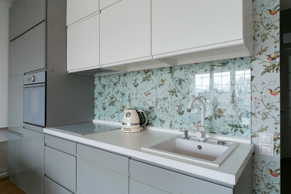 5-minimalist-interior-style-gray-kitchen-furniture-set-white-sink-floral-pattern-wallpaper-on-backsplash
