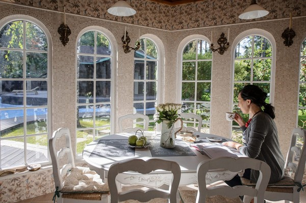 6-cozy-beige-and-turquoise-garden-gazebo-interior-design-summer-kitchen-dining-room-set-bay-windows-mosaic-tiles-retro-lamps-garden-view-vintage-tabelware-decor-morning-coffee