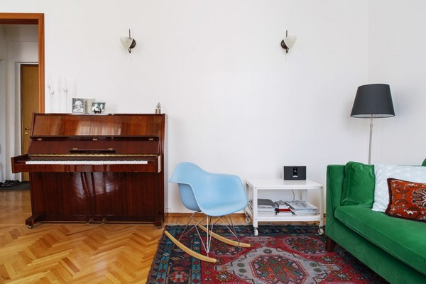 6-scandinavian-eclectic-interior-design-IKEA-furniture-green-velvet-sofa-old-piano-vintage-rug-blue-rocking-chair-living-room