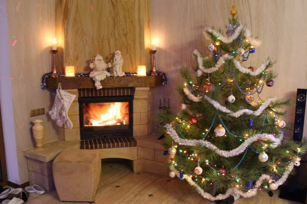 7-1-flexible-sandstone-in-interior-design-christmas-tree-fireplace