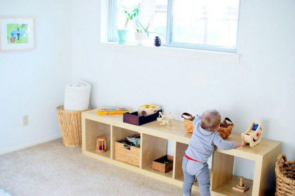 7-maria-monterssori-toddler-room-low-shelves-baby-playing-indoor-games