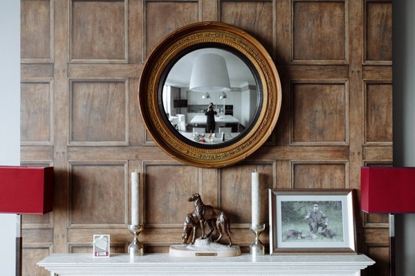 8-English-interior-style-fireplace-mantelpiece-shelf-hunting-decor-oval-mirror-in-wooden-frame (2)