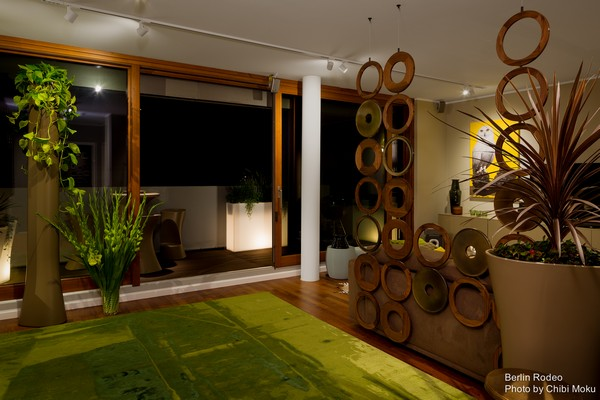 8-bachelor-pad-interior-modern-style-living-room-unusual-geometrical-3D-wall-green-carpet-terrace-exit-track-lights