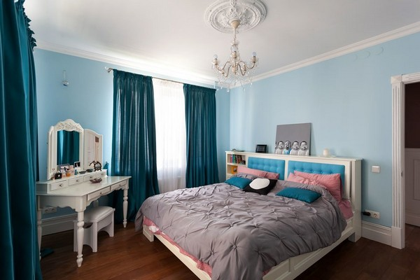 8-english-interior-style-bedroom-blue-walls-curtains-white-dressing-table-crystal-chandelier