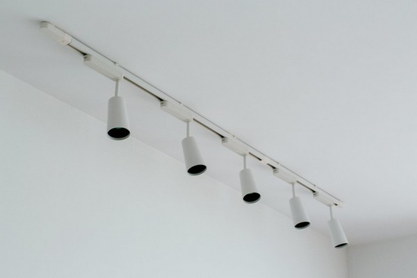 8-minimalist-interior-style-white-ceiling-lamps