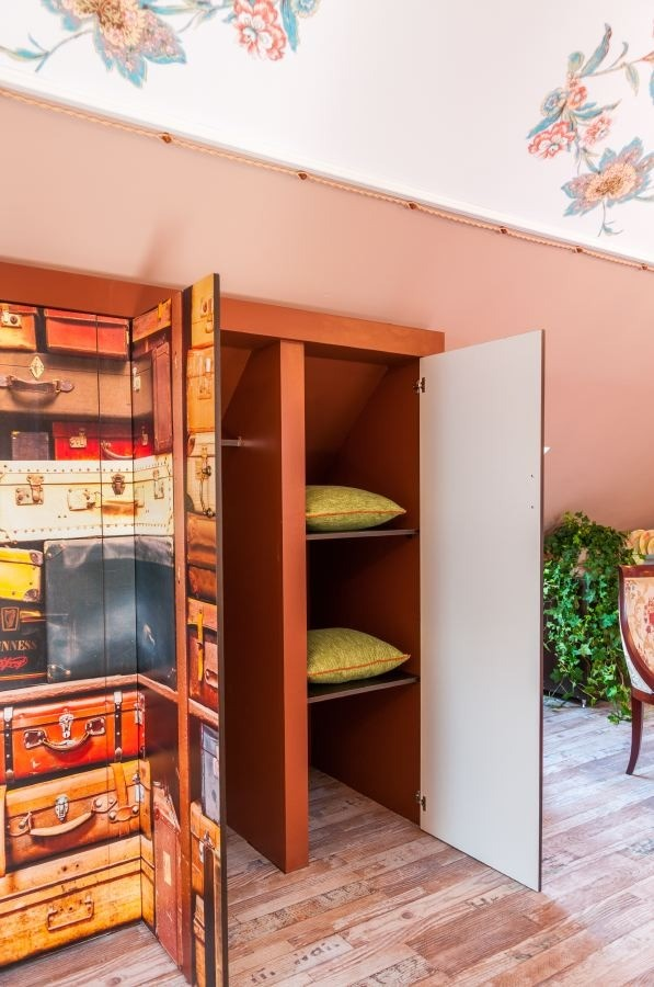 8-orange-white-green-color-floral-pattern-russian-provence-attic-floor-interior-design-latex-digital-printing-on-walls-and-ceiling-wardrobe-old-suitcases-illusion