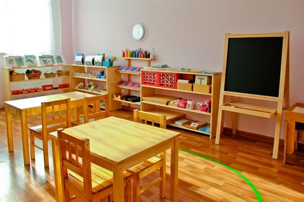 9-0-maria-monterssori-toddler-room-aisel-chalkboard-low-desks-low-chairs-low-shelves