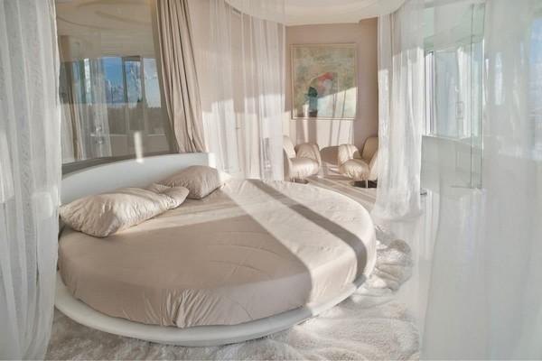 9-1--total-white-beige-pastel-glossy-futuristic-style-interior-design-panoramic-windows-self-levelling-floor-round-bed-bedroom-glass-bathroom-wall-partition