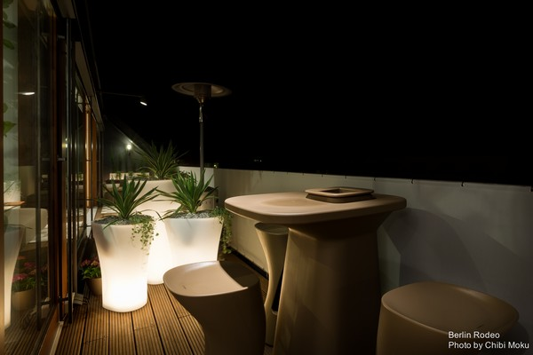 9-bachelor-pad-interior-modern-style-apartment-terrace-accent-lighting-futuristic-outdoor-furniture