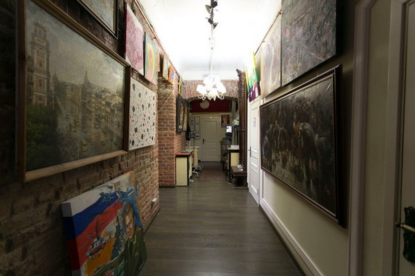 9-creative-interior-design-artist's-apartment-studio-artworks-paintings-brick-walls-hallway