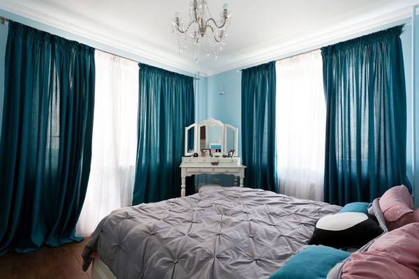 9-english-interior-style-bedroom-blue-walls-curtains-white-dressing-table-crystal-chandelier